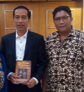 """Safari ANS juga menyampaikan bukunya """"Harta Amanah Soekarno"""" kepada Jokowi"""