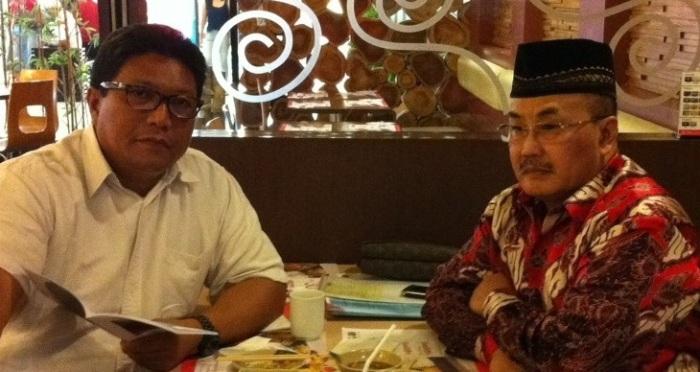 Wisnu HKP Notonagoro (berpeci) ketika berdialog dengan penulis di Jakarta